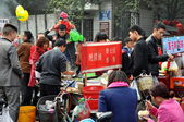Pengzhou, China: Crowds of People and Food Vendors at City Park — Stock Photo