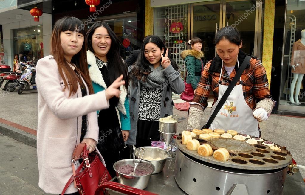 Pengzhou, China: Três Mulheres Comprando Comida De Rua