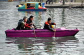 Pengzhou, China: People Rowing on City Park Lake — Stock Photo