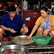 Pattaya, Thailand: Husband and Wife Cleaning Shrimp at Market Hall — Stock Photo