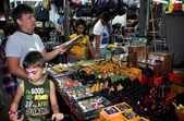 Pattaya, Thailand: Tourists Shopping for Souvenirs — Stock Photo