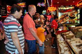 Pattaya, Thailand: Tourists at Seafood Restaurant on Night Walking Street — Стоковое фото