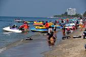 Bang Saen, Thailand: Thais at Bang Saen Beach — Stock Photo