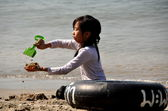 Bang Saen, Thailand: Thai Girl Playing in Sand — Stock Photo