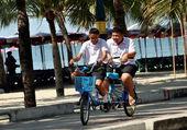 Bang Saen, Thailand: Thai Students Riding Bikes on Promenade — Stock Photo