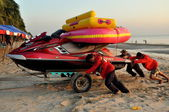 Bang Saen, Thailand: Workers Pushing Speed Boat through Sand — Stock Photo