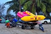 Bang Saen, Thailand: Men Pushing Cart with Boat on Beach — Stock Photo