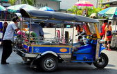 Bangkok, Thailand: Tuk-Tuk Driver Waiting for Fare in Chinatown — Stock Photo