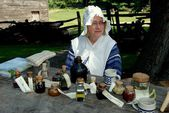 Sleepy Hollow, NY: Woman with Colonial Medicines — Stock Photo