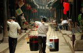 Huang Long Xi ,China: Food Vendor with Shoulder Yoke — Stock Photo