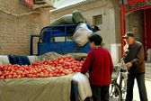 Beijing, China: People Buying Tomatoes at Shi Sa Hai Hutong — Stock Photo