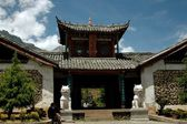 Lijiang Twp, China: Entrance Gate to Ju Zhu Qing Tian Stone Village — Stock Photo