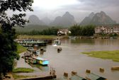 Yangshuo, China: Karst Rock Formations and Lijiang River — Stock Photo