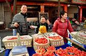 Pengzhou, China: Vendors Selling Strawberries — Stock Photo