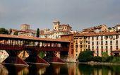 Bassano del Grappa, Italy: Ponte Coperto and View of City — Stock Photo