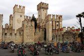 斯密意大利: 停放自行车在 scaligers 的城堡 — 图库照片