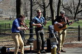 NYC: Musicians Entertaining in Central Park — Stock Photo