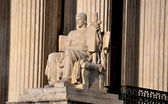 Washington, DC: U. S. Supreme Court Authority of Law Sculpture — Stock Photo