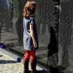 Washington, DC: Little Girl at Vietnam War Memorial — Stock Photo #45106069