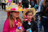 NYC: Two Little Girls at Easter Parade — Stock Photo