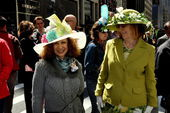 NYC: Two Elegant Women at the Easter Parade — Stock Photo