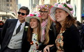 NYC: Family in Easter Finery at Fifth Avenue Parade — Stock Photo