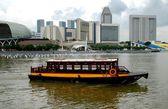 Singapore: Tour Boat on Singapore River — Stock Photo