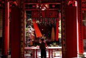 Georgetown, Malaysia: Man with Incenese Sticks at Chinese Temple — Stock Photo