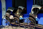 Georgetown, Malaysia: Rickshaws at Cheong Fat Tze Mansion — Stock Photo