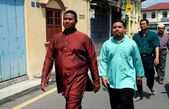 Melaka, Malaysia:  Men Walking to Mosque — Stock Photo