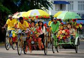 Melaka, Malaysia:  People Riding in Tri-shaw Taxis — Stock Photo