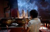 Kuala Lumpur, Malaysia:  Woman with Incense in Chinese Temple — Stock Photo