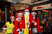 Kuala Lumpur, Malaysia: Santa Claus and his Elves — Stock Photo