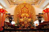 Kuala Lumpur, Malaysia: Gold Buddha at FaJie Guan Yin Sheng Temple — Stock Photo