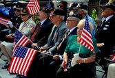 NYC: Veterans with Flags at Memorial Day Service — Stock Photo