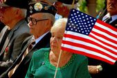 NYC: Woman with American Flag on Memorial Day — Stock Photo