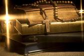 神圣的圣经和念珠珠 — 图库照片