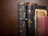 Korset och biblar — Stockfoto