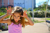 Schönes blondes haar mädchen spielen auf dem spielplatz — Stockfoto