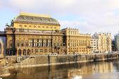 Neigeux théâtre national de prague dans la journée ensoleillée, république tchèque — Photo