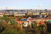 Herfst besneeuwde praag stad met gotische burcht — Stockfoto