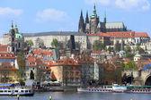 Vista en el resorte del castillo gótico de Praga por encima del río Moldava, República Checa — Foto de Stock