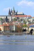 Ver en el castillo gótico de praga con el puente de carlos, república checa — Foto de Stock