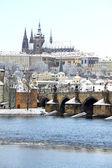 Romantiska snöiga gotiska pragborgen med karlsbron, tjeckien — Stockfoto