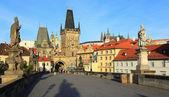 Visa på hösten pragborgen med st. nicholas' katedral från karlsbron, tjeckien — Stockfoto