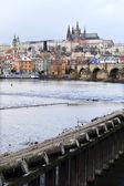 Prag, charles Köprüsü, Çek Cumhuriyeti ile karlı Gotik kale ilk kar — Stok fotoğraf