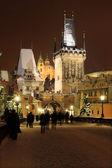 Catedral de noche nevada praga san nicolás del puente de carlos — Foto de Stock