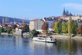 Otoño castillo gótico de Praga por encima del río Moldava, República Checa — Foto de Stock