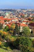 Città di praga autunno colorato con le sue torri, repubblica ceca — Foto Stock