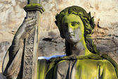 Kamenné dívka na hrob ze starého hřbitova praha, česká republika — Stock fotografie